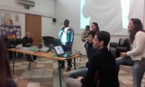 Don Francesco in primo piano sulla destra durante la testimonianza di un migrante