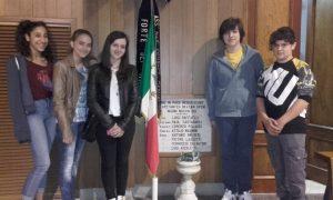 Studenti davanti alla lapide commemorativa nella parrocchia di S.Ermete
