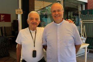 Charles Metta con il parroco di Forte dei Marmi don Piero Malvaldi