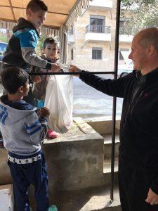 P.Damiano con alcuni bimbi in Libano