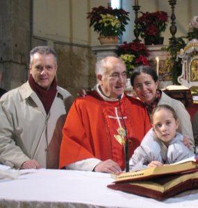 La famiglia insieme a don Antonio Vincenti